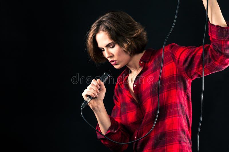 Canto di modello di Red Flannel Shirt nel Mic fotografie stock