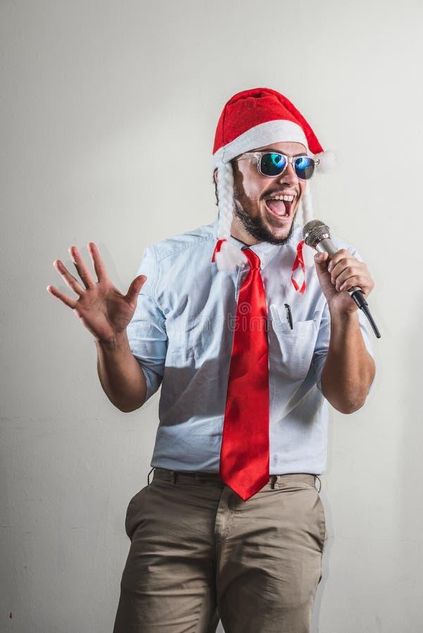 Canto divertido del hombre de negocios de la Navidad foto de archivo
