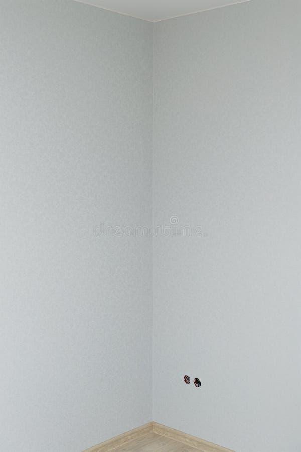 Canto em uma sala recentemente renovada com papel de parede imagens de stock royalty free