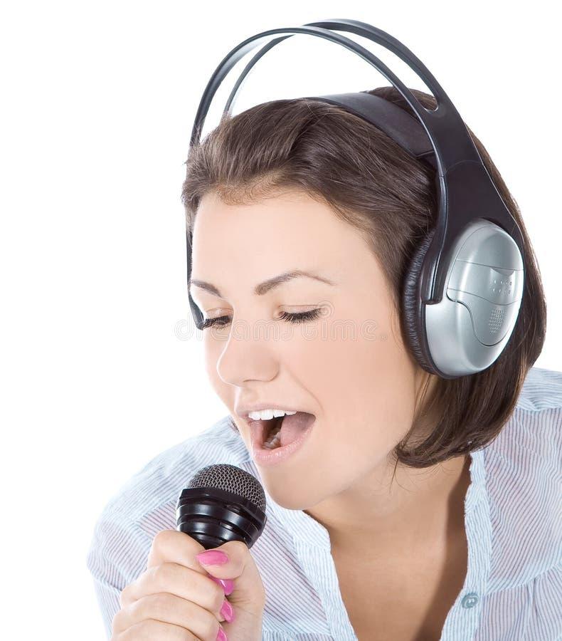 Canto fêmea caucasiano no microfone. fotografia de stock