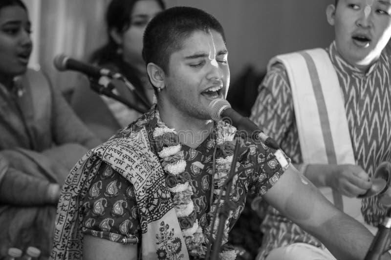 Canto indù indiano del cantante bhajan davanti ad una folla con emozione fotografia stock