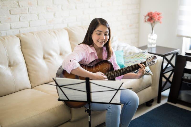 Canto latino hermoso y tocar de la guitarra fotos de archivo libres de regalías