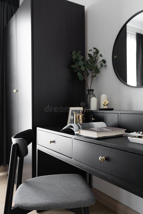 Canto luxuoso preto e branco da tabela de molho da sensação no estilo escandinavo moderno com a lâmpada circular do ouro decorada imagem de stock royalty free