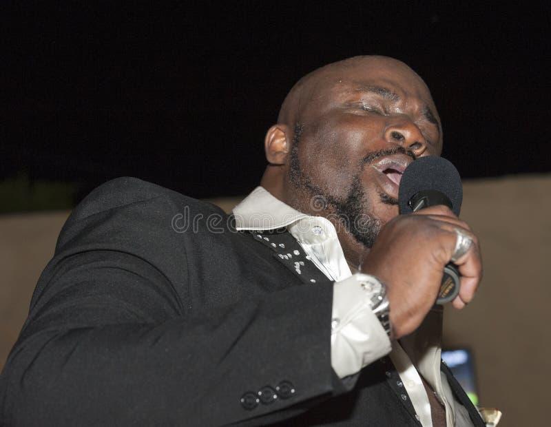 Canto masculino del africano negro vivo imagenes de archivo