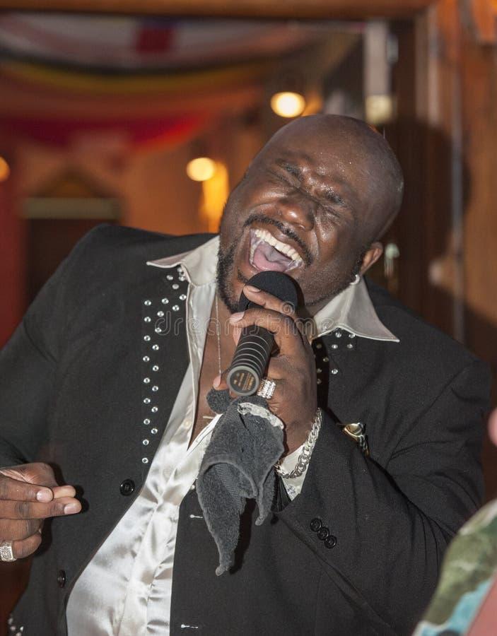 Canto masculino del africano negro vivo fotos de archivo