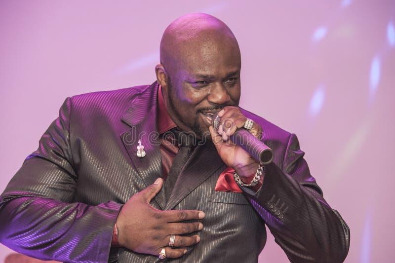 Canto masculino del africano negro vivo imagen de archivo