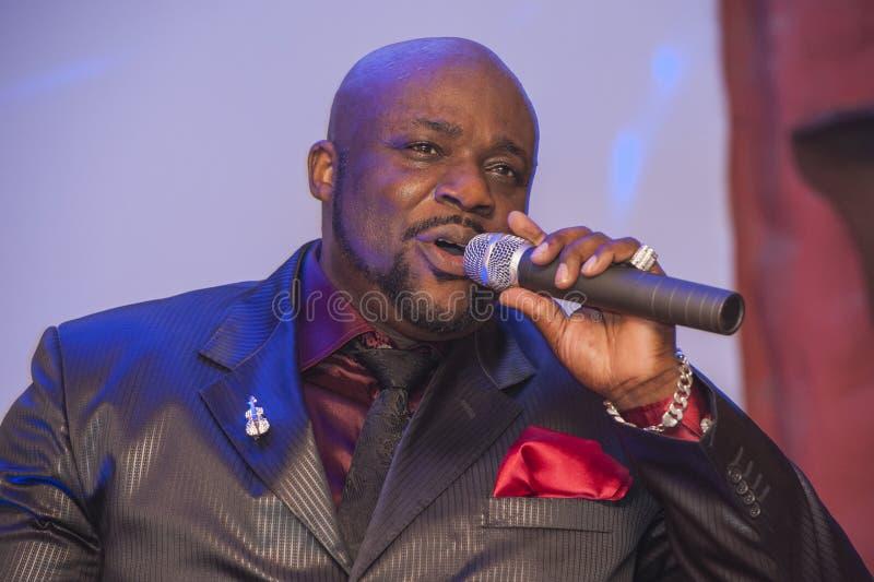Canto masculino del africano negro vivo foto de archivo libre de regalías