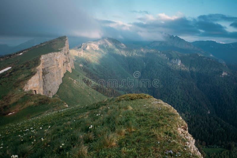 Canto pequeño Thach, el Cáucaso de la montaña foto de archivo