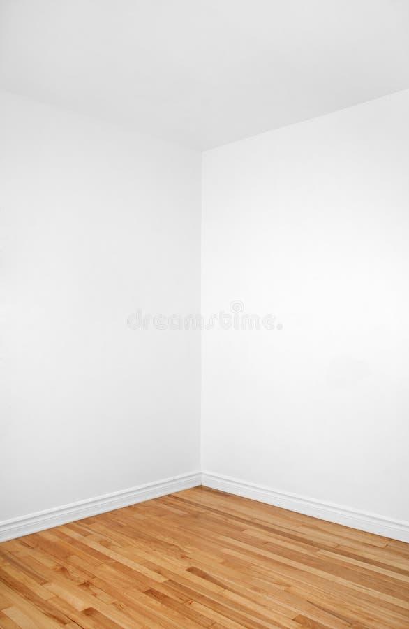 Canto vazio de um quarto com assoalho de madeira fotografia de stock royalty free