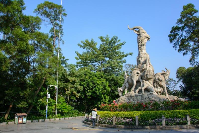 Canton, Cina - 17 ottobre 2016: La scultura di cinque ram nel parco della città di Canton fotografia stock