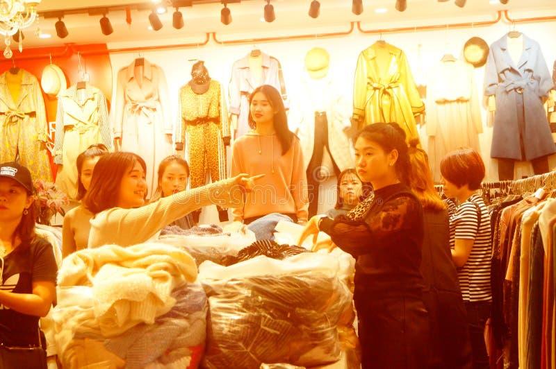 Canton, Cina: paesaggio internazionale hongmian del mercato di modo, vendite all'ingrosso di ultimo abbigliamento, molti comprato immagini stock