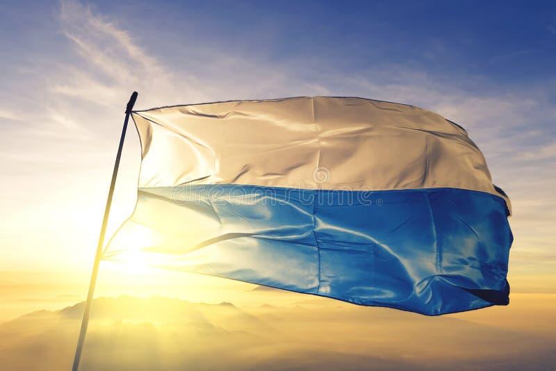 Canton de luzerne du tissu de tissu de textile de drapeau de la Suisse ondulant sur le brouillard supérieur de brume de lever de  illustration de vecteur