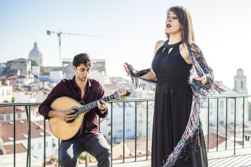 Cantor bonito do fado que executa com a guitarra portuguesa considerável fotografia de stock