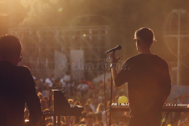 Cantor em uma fase do festival de música do verão foto de stock