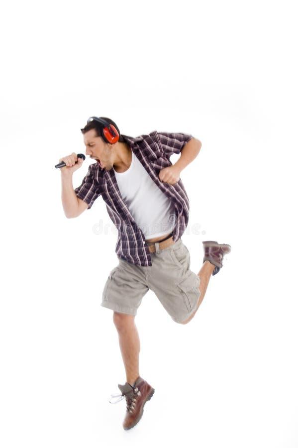 Cantor que canta alta dentro ao microfone imagens de stock