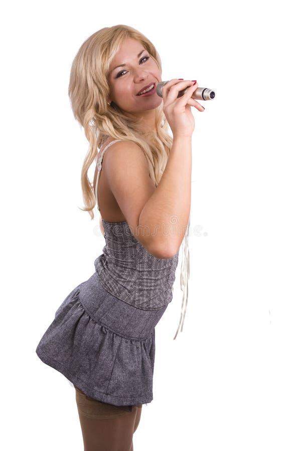 Cantor. Rapariga que canta no microfone. foto de stock royalty free