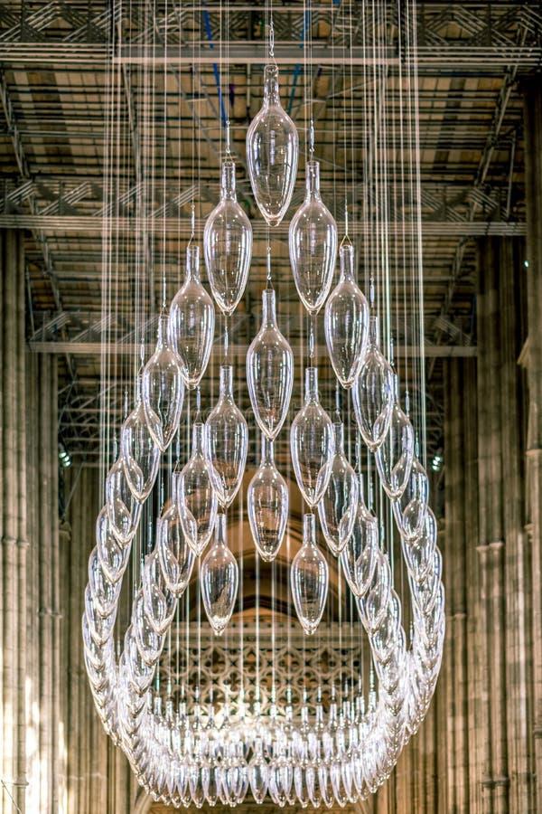 CANTORBERY, INGLATERRA 8 DE NOVIEMBRE DE 2018: Interior de la catedral de Cantorbery Lámpara de cristal central imagen de archivo