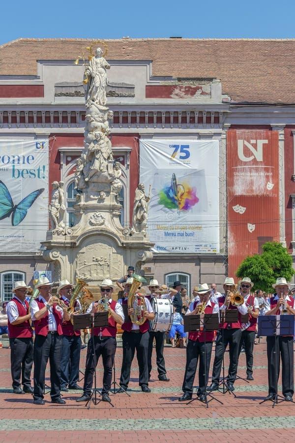 Cantores da fanfarra, alemães étnicos, jogando em instrumentos musicais imagem de stock royalty free