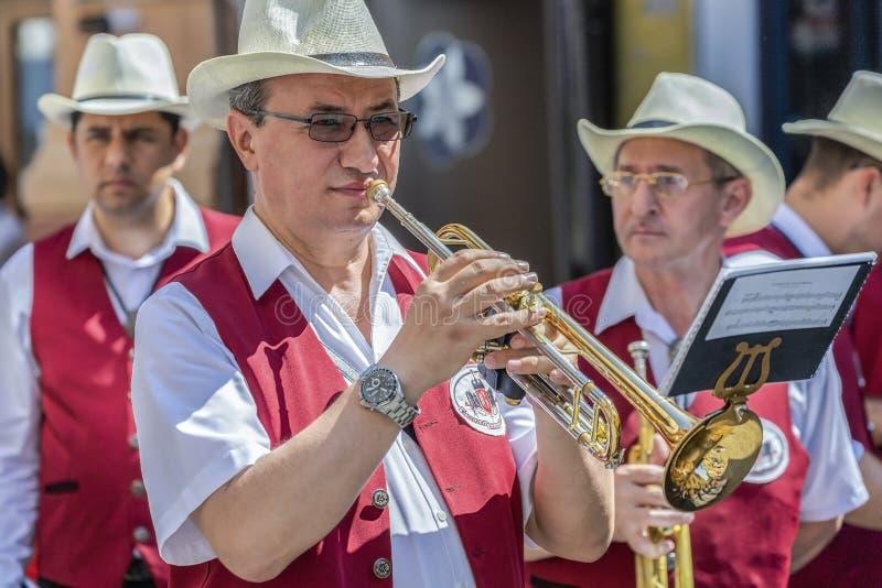 Cantores da fanfarra, alemães étnicos, jogando em instrumentos musicais imagens de stock royalty free