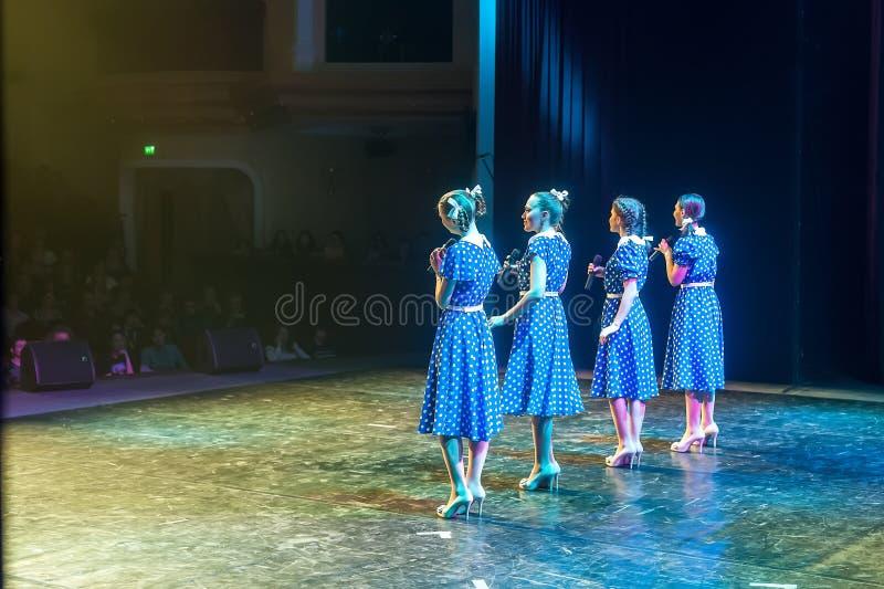 Cantores fêmeas bonitos que cantam uma música na fase fotografia de stock royalty free