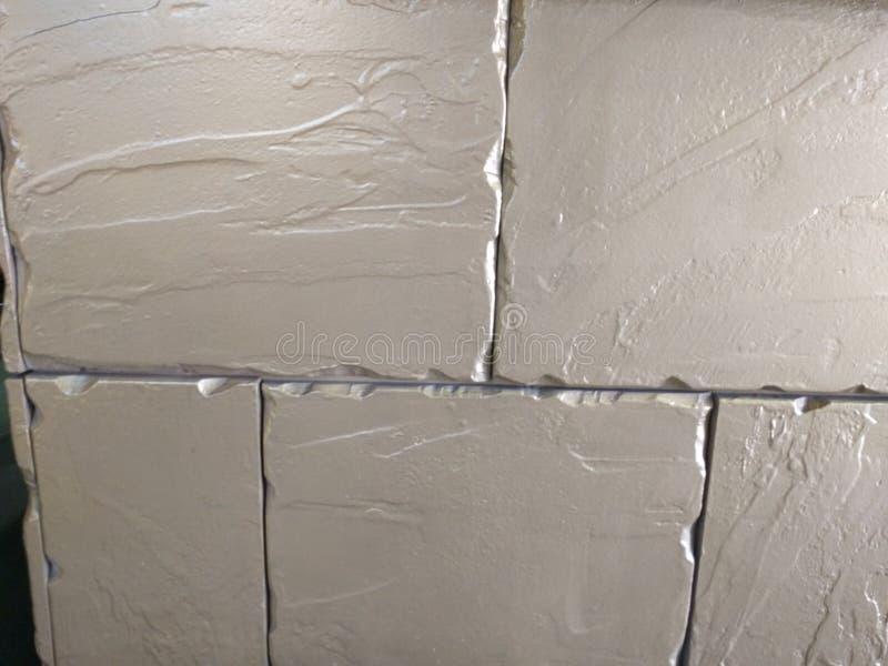 Cantos blancos de los ladrillos de la pared llevados imagen de archivo libre de regalías