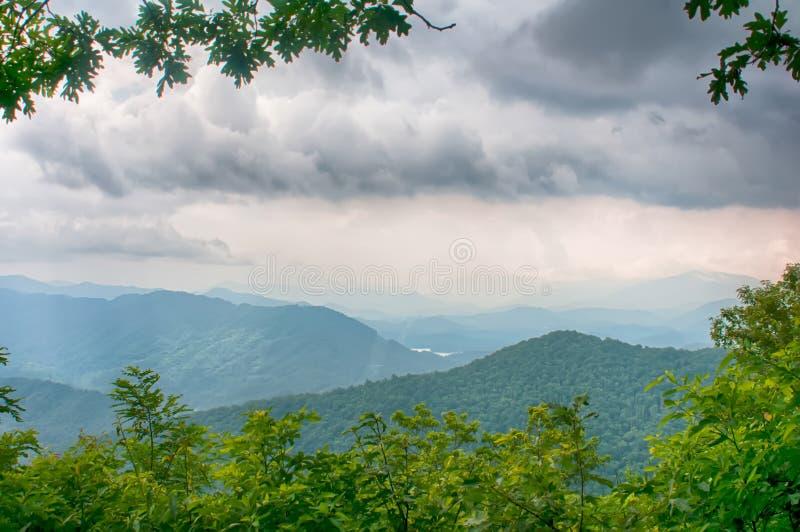 Cantos de las montañas del theSmokey que extienden a través del valle en fotografía de archivo
