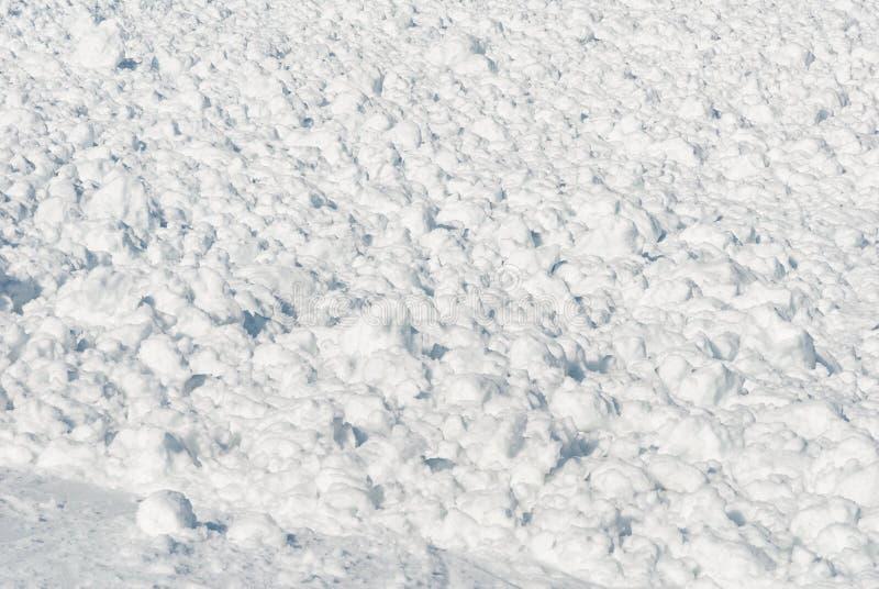 Cantos rodados de la cuesta del funcionamiento de esquí de la avalancha cubiertos fotografía de archivo libre de regalías