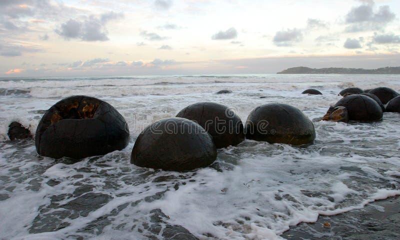 Cantos rodados de Moeraki, NZ fotos de archivo