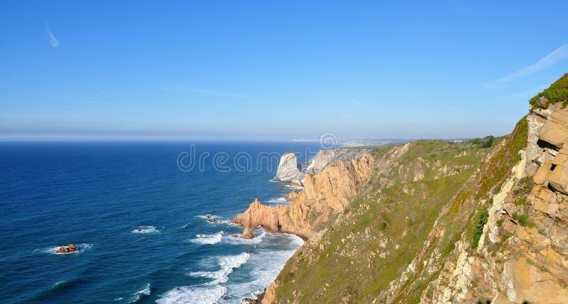 Cantos rodados del granito y acantilados del mar - cabo Roca fotografía de archivo