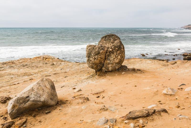 Cantos rodados que pasan por alto el océano en el punto Loma Tide Pools imagenes de archivo