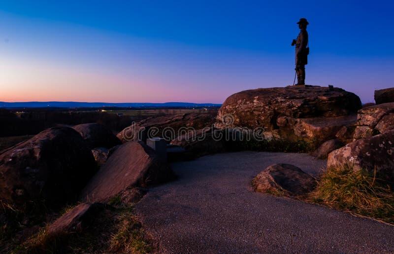 Cantos rodados y estatua en el pequeño top redondo en el crepúsculo, Gettysburg imagen de archivo libre de regalías