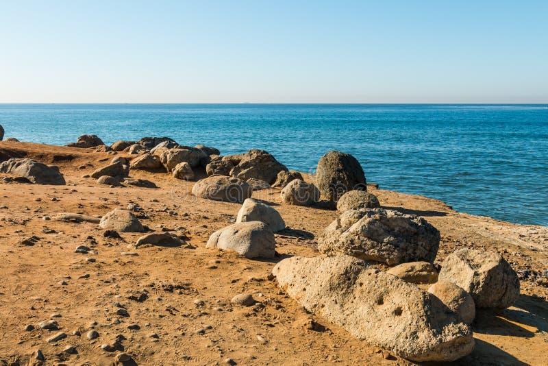 Cantos rodados y rocas cerca de Cliff Edge en el punto Loma Tidepools imagen de archivo libre de regalías