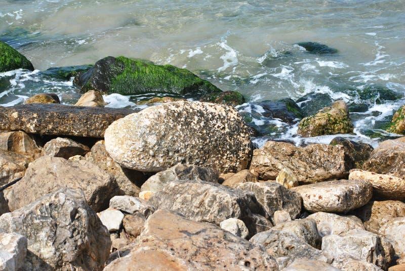 Cantos rodados y rocas en la costa fotos de archivo libres de regalías