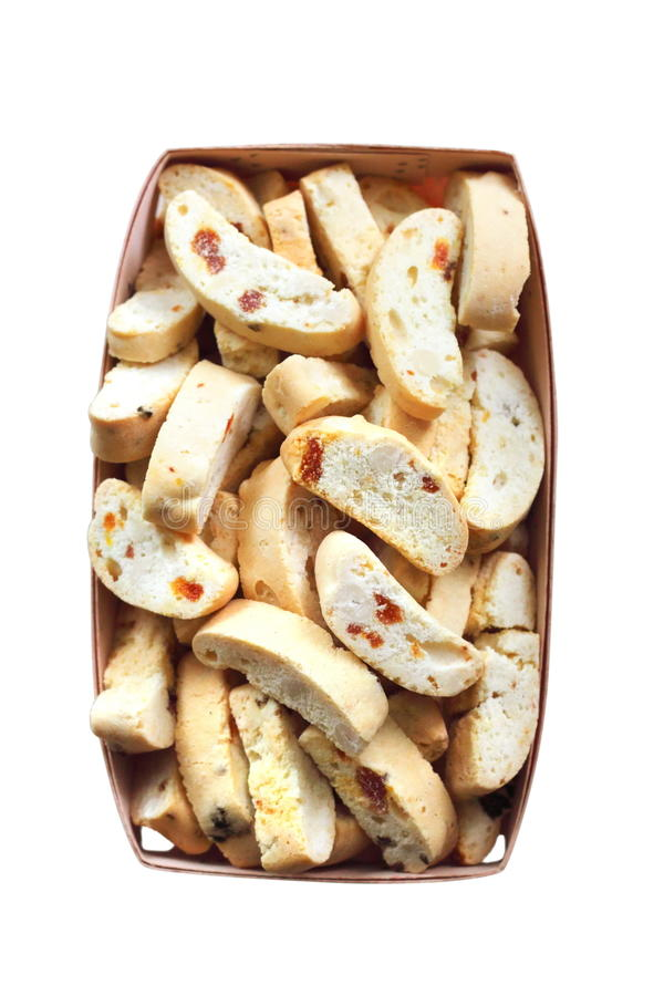 Cantuccini com amendoins, os abricós secados e as passas em uma cesta imagem de stock royalty free