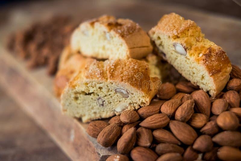 Cantuccini doux de biscuits avec des amandes photos stock