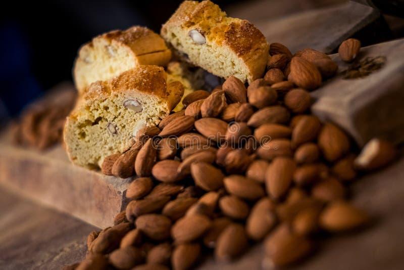 Cantuccini doux de biscuits avec des amandes image stock