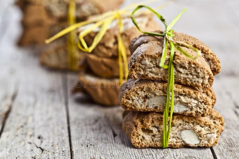 Cantuccini italiano caseiro fresco das cookies com as sementes da amêndoa no fundo de madeira ructic da tabela foto de stock