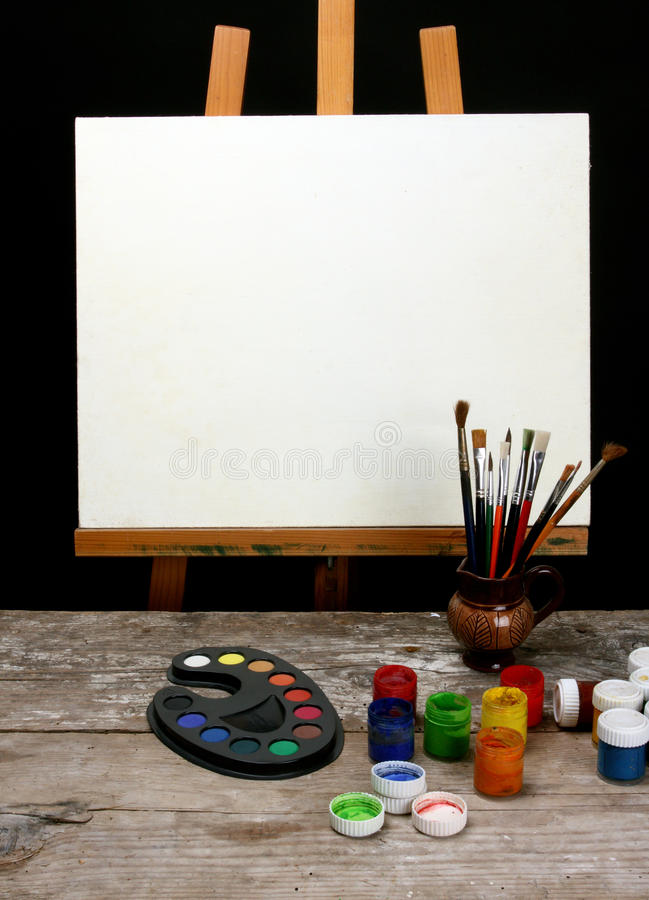 Canvas, borstels en schildersezel stock afbeeldingen