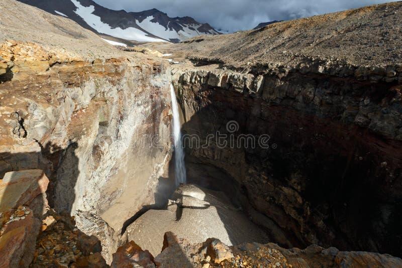 Canyon dangereux, cascade sur la rivière Vulkannaya Volcan de Mutnovsky kamchatka photographie stock libre de droits