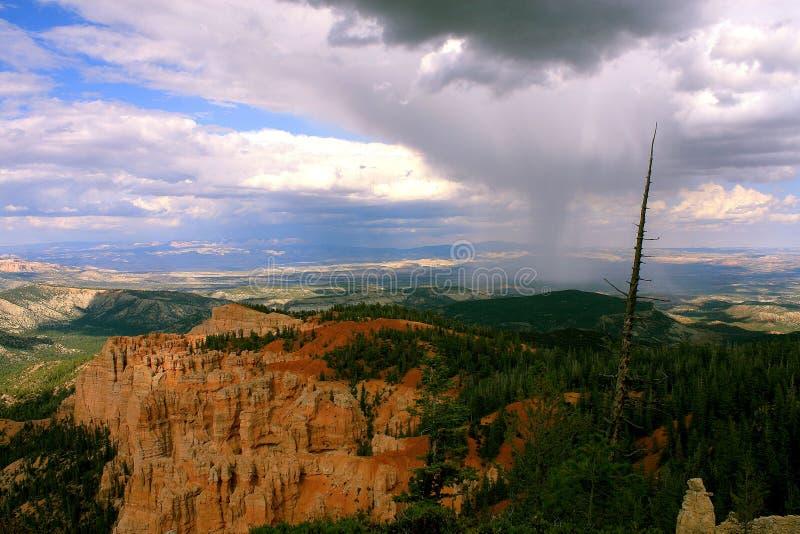 Canyon de Brice avec la pluie orageuse photographie stock