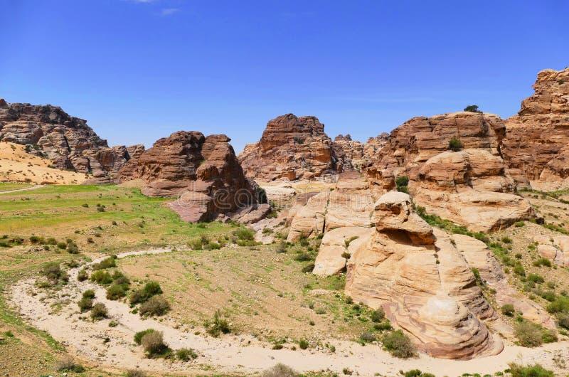 Canyon dell'arenaria di vista e valle naturali in poco PETRA, Giordania fotografia stock libera da diritti