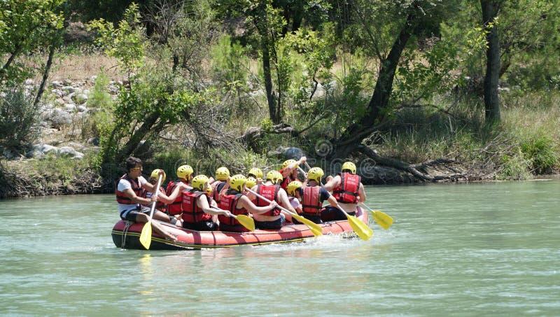 CANYON DI KOPRULU - TURCHIA - LUGLIO 2016: Innaffi il rafting sulle rapide del fiume Koprucay al canyon di Koprulu, Turchia fotografie stock libere da diritti