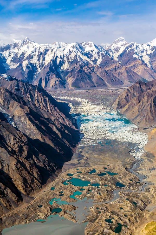 Canyon et sommets de montagne de vue aérienne de lac glacier de moraine images libres de droits