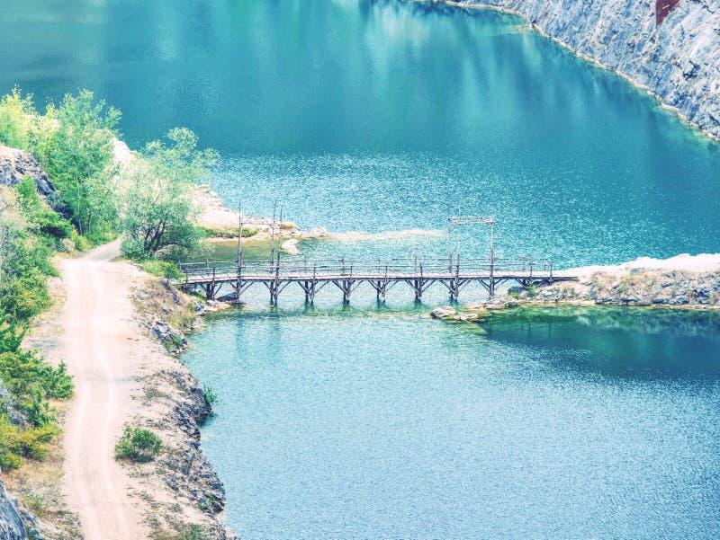 Canyon grand profond avec le lac bleu en bas Beaucoup de routes images libres de droits