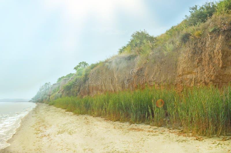 Canyon orange d'argile sur la plage Plage avec le sable rouge images stock