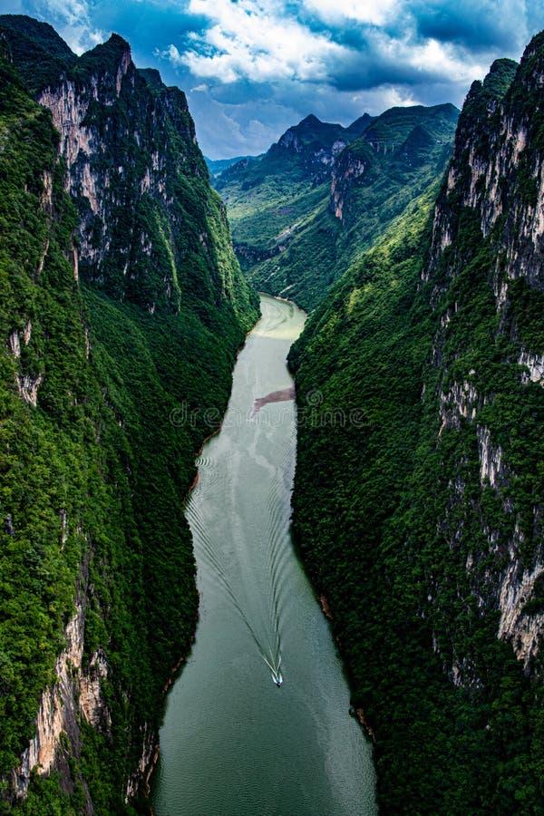 Canyon sotto il più alto ponte del mondo - Huajiang Grand Canyon immagine stock libera da diritti