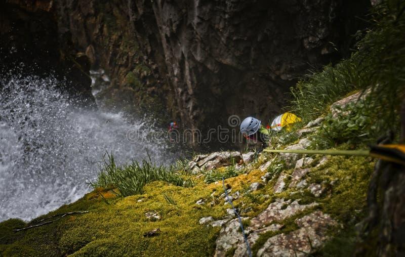 Canyoner σε έναν μεγάλο καταρράκτη στο φαράγγι Anaye στοκ εικόνα με δικαίωμα ελεύθερης χρήσης
