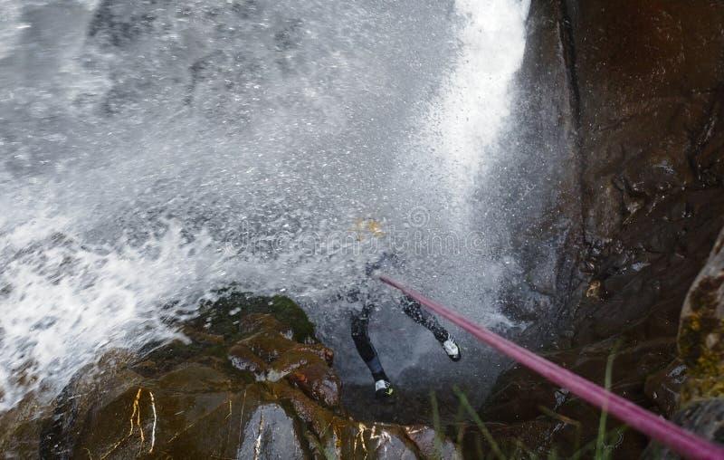 Canyoner debajo de la cascada imagenes de archivo