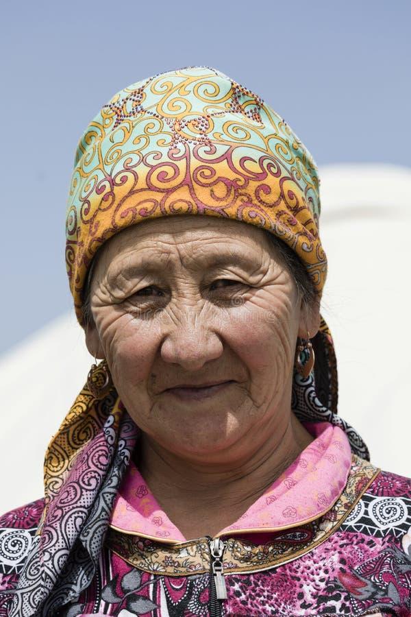 Canzone Kul, Kirghizistan, l'8 agosto 2018: Ritratto di bella donna chirghisa che porta un cappello nel lago Kul di canzone nel K fotografia stock libera da diritti