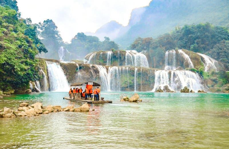 Cao Bang, Vietnam - 30. November 2018: Touristisches Besuchs-Ban Gioc Waterfall oder Detian Falls lizenzfreies stockbild
